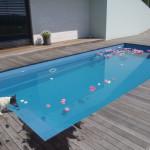 květy v bazénu