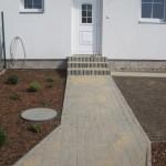 chodník včetně schodů-zámková dlažba